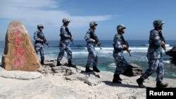 지난달 29일 중국 해군이 남중국해 파라셀 군도의 우디 섬에서 순찰을 돌고 있다. (자료사진)