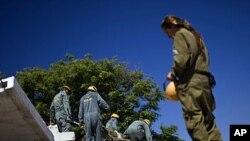 以色列士兵周日在以南部地区参加民防演习