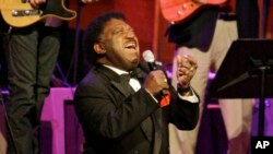 Percy Sledge s'agenouille lors d'une prestation avec le Shoals Rhythm Section Muscle aux Musiciens Hall of Fame prix montrer à Nashville, Tennessee, le 28 octobre 2008.