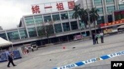 Nhân viên điều tra tại hiện trường vụ tấn công đẫm máu tại nhà ga Quảng Châu ở miền nam Trung Quốc, ngày 6/5/2014.