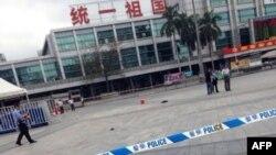 6일 중국 광저우 기차역에서 흉기 난동 사건이 발생해 적어도 6명이 사망했다. 경찰 사고현장을 조사 중이다.