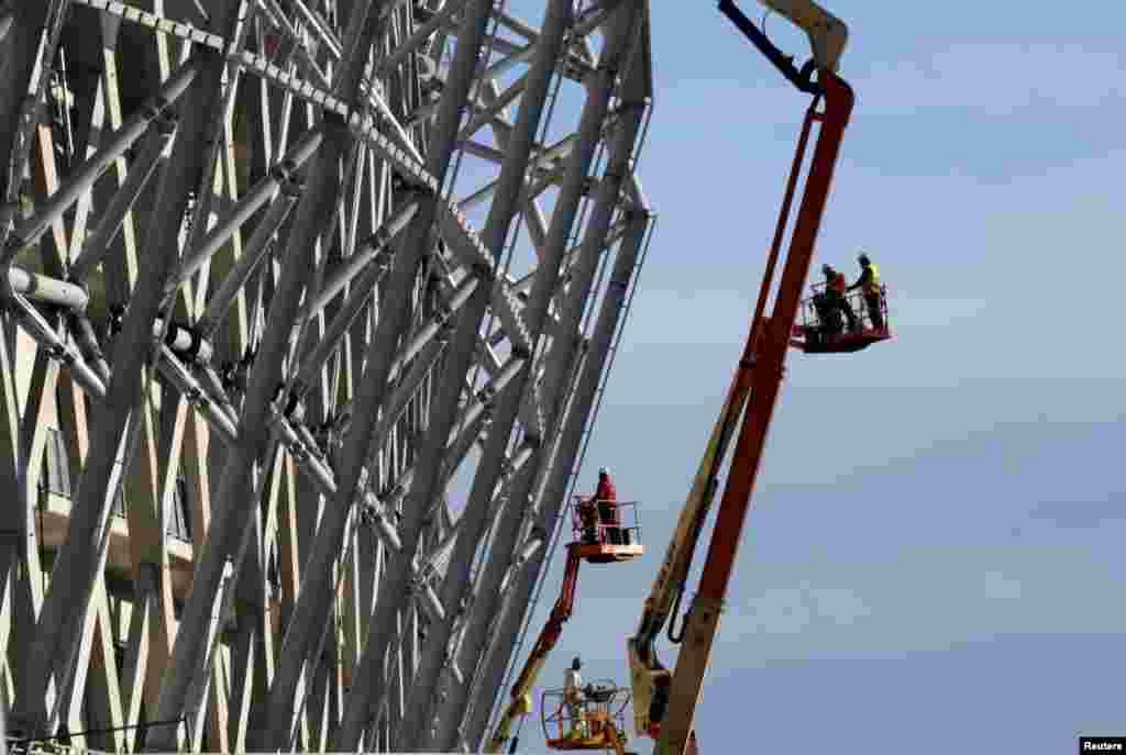 Công nhân đang tiếp tục xây dựng sân vận động Allianz Riviera ở Nice, Pháp.