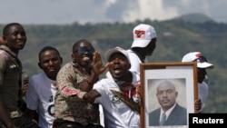 Apoiantes do Presidente Pierre Nkurunziza pelas ruas de Bujumbura