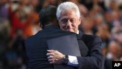 El expresidente Bill Clinton abraza al presidente Barack Obama luego del discurso de nominación ante la Convención Nacional Demócrata, el miércoles 5 de septiembre de 2012.