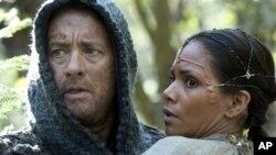 Tom Hanks sebagai Zachry dan Halle Berry sebagai Meronym dalam film Cloud Atlas. (Foto: AP/Warner Bros. Pictures)