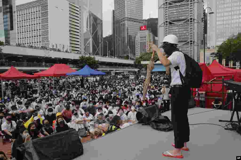 一位香港抗議者在一次集會上講述自己的經歷。 (2019年9月2日)
