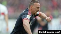Franck Ribéry célèbre son premier but lors du match de Bundesliga entre le VfB Stuttgart et le Bayern Munich à Stuttgart, Allemagne, le 9 avril 2016.