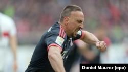 Munich Franck Ribéry célèbre son premier but lors du match de Bundesliga allemande de football entre le VfB Stuttgart et le Bayern Munich dans la Mercedes Benz Arena à Stuttgart, Allemagne 09 Avril 2016. epa / DANIEL MAURER