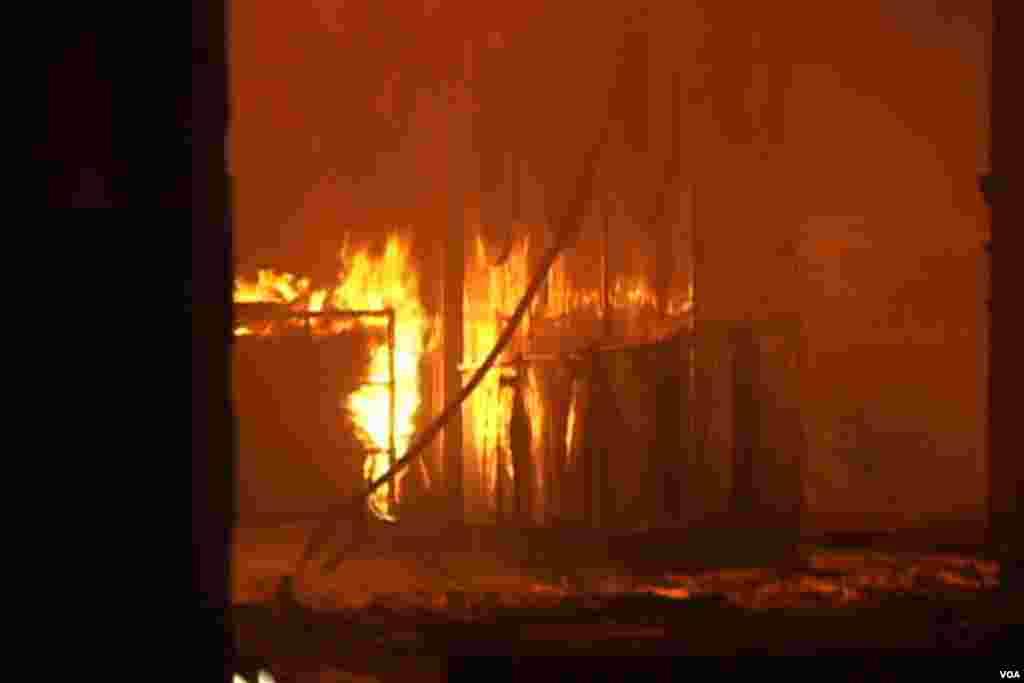 فیکتری کے اندر آگ کے شعلے بلند ہوتے ہوئے