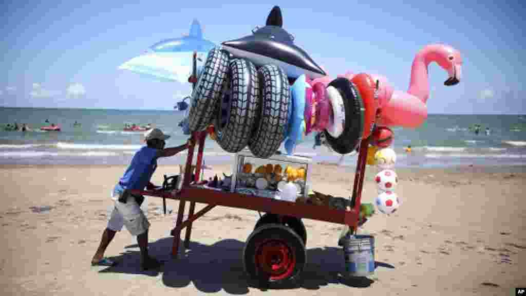 د مکسیکو په ساحل کې د لامبو د وسایلو پلورونکی