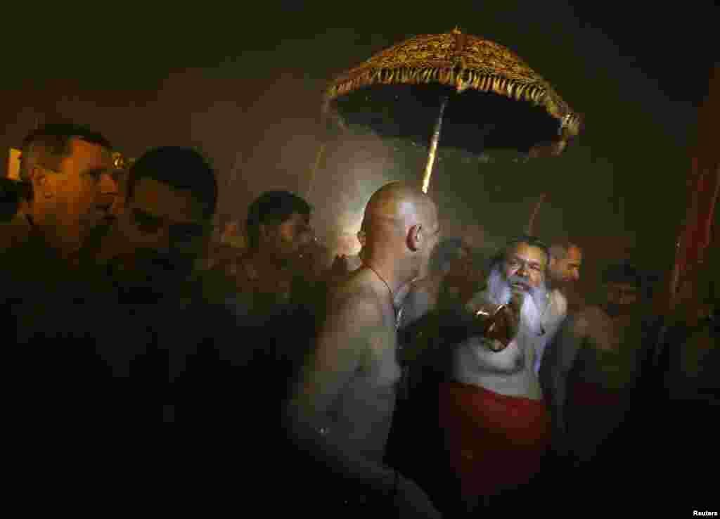 Para pemeluk Hindu tiba di kota Allahabad untuk menghadiri festival 'Mandi Agung' Kumbh Mela, Senin (14/1).