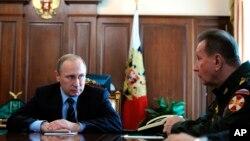 Владимир Путин и командующий внутренними войсками России Виктор Золотов. Кремль, Москва. 5 апреля 2016 г.