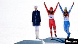 12일 소치 올림픽 여자 알파인스키 활강 종목에서 공동 우승을 차지한 스위스의 도미니크 지신(왼쪽) 선수와 슬로베니아의 티나 마제 선수가 나란히 금메달 시상대에서 환호하고 있다.