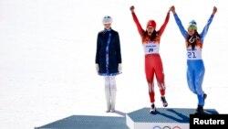 Vận động viên Tina Maze (phải) của Slovenia và Vận động viên Dominique Gisin của Thụy Sĩ chia nhau Huy Chương Vàng môn trượt tuyết đổ dốc tại Sochi, ngày 12/2/2014.