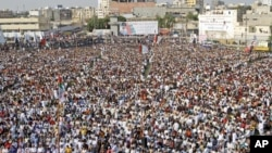 Pendukung partai MQM atau Muttahida Qaumi Movement menghadiri rapat umum di Karachi mengecam serangan Taliban terhadap remaja Malala Yousufzai (14/10). Masih sedikit politisi Pakistan yang berani mengecam Taliban.