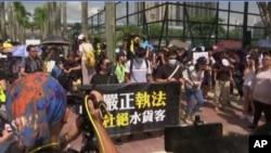 """香港上水和沙田區2019年7月13日就曾經爆發反""""水客""""抗議。圖片來源:美聯社"""