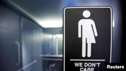 在北卡德罕21C博物馆马桶隔间看到的抗议限制跨性别者入厕的法律的标记。(资料照)