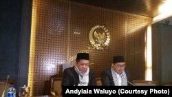 Wakil ketua DPR Fadli Zon membaca hasil rapat pimpinan DPR soal penunjukan dirinya sebagai pelaksana tugas Ketua DPR, Senayan, Jakarta, 11 Desember 2017. (Foto: Andy Lala Waluyo)