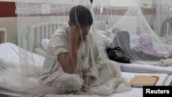 Seorang penderita demam dengue (DBD) dirawat di rumah sakit di Lahore, Pakistan (foto: dok).