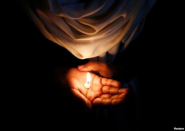 Giáo dân cầu nguyện cho nữ tu 71 tuổi bị cưỡng hiếp. Vụ án này đã gây chấn động trên khắp Ấn Độ.