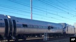 Đoàn tàu Amtrak sau vụ tai nạn hôm Chủ nhật, ngày 3 tháng 4, 2016, ở thành phố Chester, bang Pennsylvania.