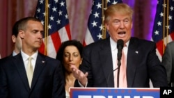 Kandidat Capres AS dari partai Republik, Donald Trump berbicara kepada pendukungnya di Palm Beach, Florida, didampingi manajer kampanyenya, Corey Lewandowski (kiri), Selasa (15/3).