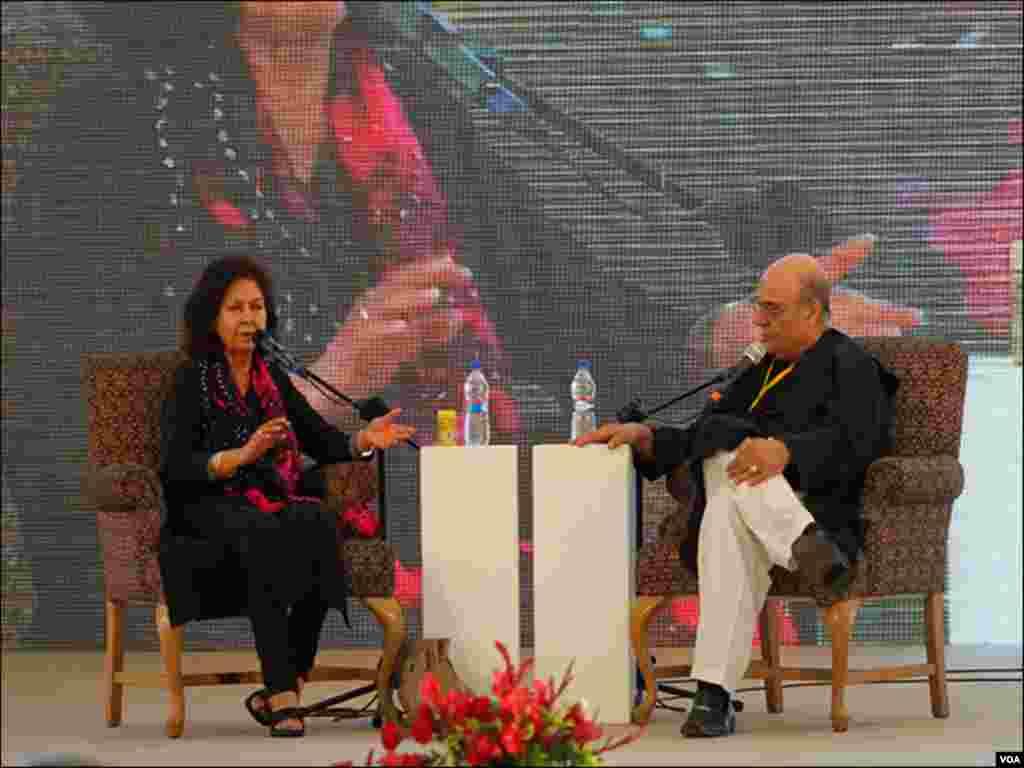 کراچی ادبی میلے کے دوسرے روز بھارتی مصنفہ نین تارہ سہگل ایک موضوع پر گفتگو کرتے ہوئے