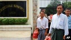 17일 버마 랑군 시의 인세인 감옥에서 석방되는 버마 정치범들.