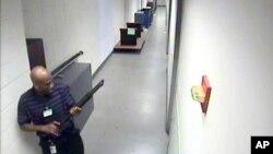 FBI menunjukkan Aaron Alexis membawa senapan laras panjang Remington 870 di dalam gedung Angkatan Laut AS saat terjadinya penembakan (16/9).