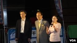 泛民議員何秀蘭(左起)、梁家傑、李國麟向示威市民介紹與張德江會面情況。(美國之音海彥攝)