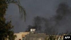 Tiếng súng vang lên suốt ngày và thỉnh thoảng có những tiếng nổ lớn ở Tripoli, 21/8/2011