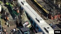 El autobús fue alcanzado por un tren cuando esquivó las barreras.