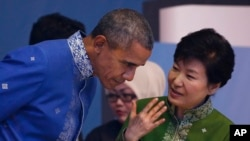 Prezident Obama Janubiy Koreya rahbari Pak Gin Xe ASEANning Malayziyadagi sammitida. 21-noyabr, 2015-yil.
