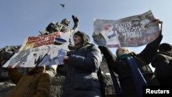 Para pendukung Pemimpin Oposisi Rusia, Alexei Navalny, menghadiri unjuk rasa memboikot pemilihan presiden 18 Maret mendatang, di Kota Vladivostok, Rusia, 28 Januari 2018.