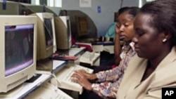 Warga Kenya menggunakan internet di sebuah kafe internet di Nairobi (foto: ilustrasi).