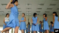 Сингапурские школьницы во время перерыва между уроками занимаются физическими упражнениями (архивное фото)