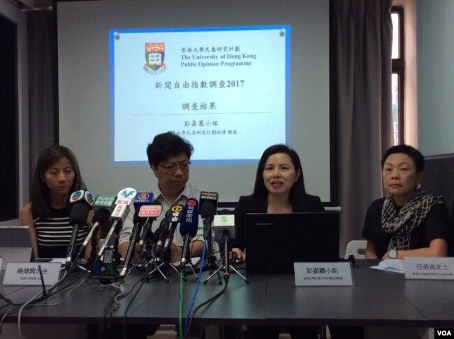 香港记者协会前不久公布香港新闻自由指数,右者为任美贞 (美国之音记者申华 拍摄)