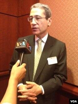 《中国即将崩溃》一书的作者章家敦接受美国之音采访(美国之音方方拍摄)
