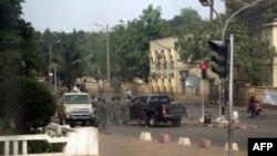 Des soldats rassemblés dans une rue de Bamako (21 mars 2012)