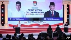Acara debat kedua antara Capres 01 Joko Widodo (kiri) dan Capres 02 Prabowo Subianto di Jakarta, Minggu malam, 17 Februari 2019. (Foto: dok).