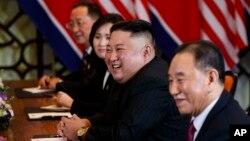 김정은 북한 국무위원장이 28일 베트남 하노이에서 도널드 트럼프 미국 대통령과 확대회담을 하고 있다. 북한측에서는 김영철 노동당 부위원장 겸 통일전선부장, 리용호 외무상이 배석했다.