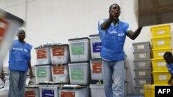 Nhân viên bầu cử Liberia sắp xếp các thùng phiếu đã kiểm
