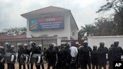 Protection policière au bureau d'inscription à Kinshasa