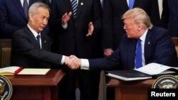 Президент США Дональд Трамп и вице-премьер Госсовета КНР Лю Хэ. Белый дом. 15 января 2020 г.