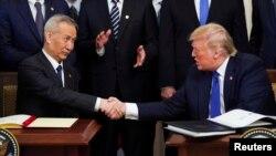 资料照片:美国总统特朗普与中国副总理刘鹤在白宫签署美中第一阶段贸易协议。(2020年1月15日)