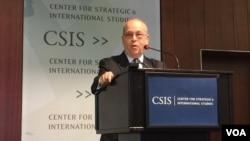 美國國務院負責亞太事務的助理國務卿拉塞爾2016年10月11日在華盛頓智庫國際戰略研究中心舉行的有關亞洲架構研討會上發表主題演講。(美國之音莉雅拍攝)