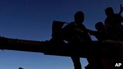لیبیا: باغیوں کے ٹھکانوں پر سرکاری فورسز کے حملے