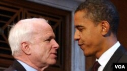 Senator AS dari Partai Republik John McCain (kiri), telah sejak lama mendesak dilakukannya serangan militer AS terhadap Suriah (foto: dok).