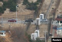 지난 2008년 한국 관광객이 탄 차들이 북한 금강산을 가기 위해 비무장지대(DMZ)로 들어서고 있다. 1998년 11월 시작된 금강산 관광은 2008년 자가용을 통한 육로관광도 허용되었으나, 금강산 구경에 나섰던 한 관광객이 산책 중 북한군의 총에 맞아 사망한 사건이 발생하면서 2008년 7월 11일 전면 중단됐다.