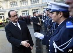 ፕሬዘዳንት ፍራንሷ ሆላንድ (Francois Hollande)ፖሊሶችን ሰላም እያሉ